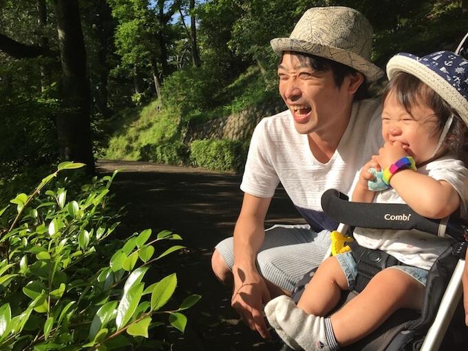 公園で遊ぶ赤ちゃんとお父さん