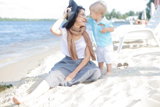 海辺のママと赤ちゃん