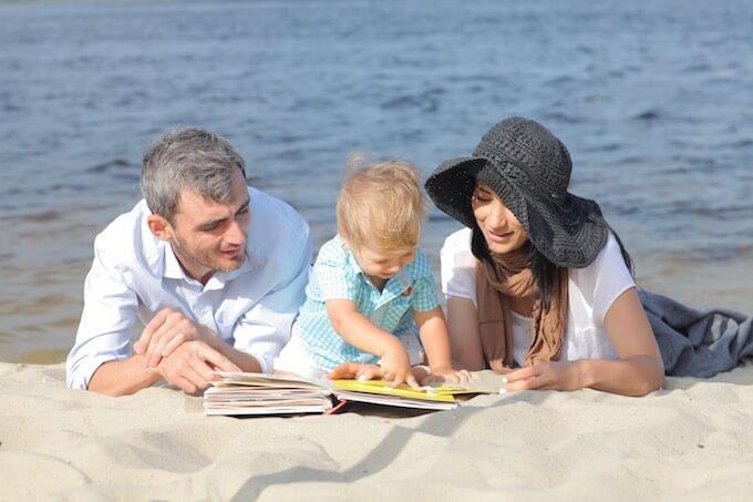 浜辺で遊ぶ家族